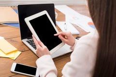 Бизнес-леди используя таблетку с пустым экраном Стоковые Изображения