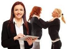 Бизнес-леди используя таблетку Стоковое Фото