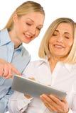 2 бизнес-леди используя таблетку Стоковая Фотография