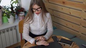Бизнес-леди используя устройство, которое вызвано умные вахты видеоматериал