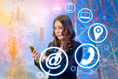 бизнес-леди используя smartphone и значок стоковое фото