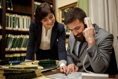 Бизнес-леди и бизнесмен в офисах чердака рассматривают f Стоковые Фото