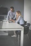 Бизнес-леди и бизнесмен работая совместно в офисе Busi Стоковые Изображения