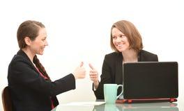 2 бизнес-леди и большого пальца руки вверх Стоковая Фотография RF
