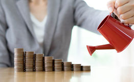 Бизнес-леди и красная моча чонсервная банка с деньгами стоковое изображение