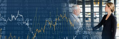 Бизнес-леди и доктор тряся руки с голубым переходом диаграммы финансов Стоковая Фотография