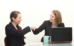 2 бизнес-леди и рему кулака Стоковая Фотография RF