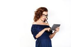 Бизнес-леди и таблетка Стоковая Фотография