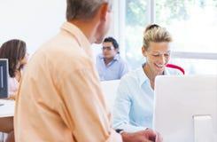 Бизнес-леди и человек говоря друг к другу Стоковые Фото