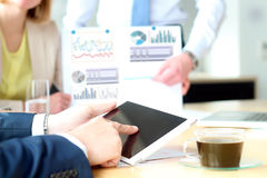 Бизнес-леди и человек работая и анализируя финансовые диаграммы на диаграммы Стоковые Фото