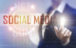 Бизнес-леди касаясь социальному экрану средств массовой информации Стоковое фото RF