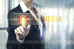 Бизнес-леди касаясь социальному экрану средств массовой информации Стоковые Изображения RF
