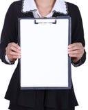 Бизнес-леди конца-вверх держа пустую доску сзажимом для бумаги изолированный на wh Стоковые Фотографии RF