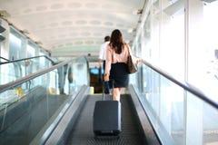 Бизнес-леди на авиапорте стоковое фото