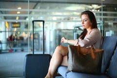Бизнес-леди на авиапорте стоковое изображение rf