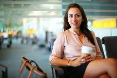 Бизнес-леди на авиапорте стоковое изображение