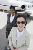 2 бизнес-леди на авиаполе Стоковое Изображение RF
