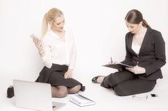 2 бизнес-леди на белой предпосылке Стоковые Фото