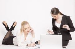 2 бизнес-леди на белой предпосылке Стоковое фото RF