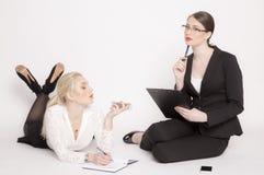 2 бизнес-леди на белой предпосылке Стоковое Изображение