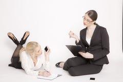2 бизнес-леди на белой предпосылке Стоковая Фотография RF