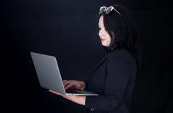 Бизнес-леди на компьтер-книжке, компьютере Стоковое фото RF