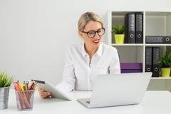 Бизнес-леди на офисе работая на компьютере Стоковое Фото
