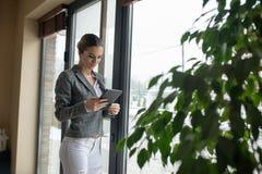 Бизнес-леди нужно держать хорошо информированное Стоковое фото RF