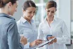 Бизнес-леди обсуждая во время перерыва на чашку кофе Стоковое Фото