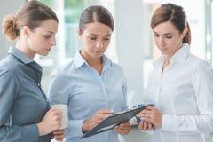 Бизнес-леди обсуждая во время перерыва на чашку кофе Стоковая Фотография