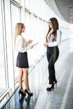 Бизнес-леди обсуждая в современном офисе Стоковые Фото