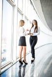 Бизнес-леди обсуждая планы на офисе залы Стоковое Изображение