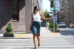 Бизнес-леди пересекая дорогу снаружи Стоковые Изображения RF