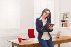 Бизнес-леди писать вниз примечания на офисе Стоковые Фотографии RF