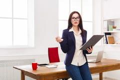 Бизнес-леди писать вниз примечания на офисе Стоковое Фото