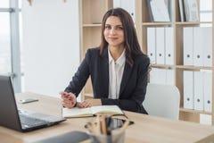 Бизнес-леди пишет в тетради, офисе, рабочем месте Стоковые Изображения