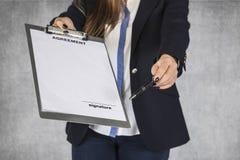 Бизнес-леди показывает где вы должны сделать твое подпись Стоковые Фотографии RF
