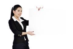 Бизнес-леди показывая пустой знак Стоковые Фото