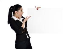 Бизнес-леди показывая пустой знак Стоковое Фото