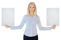 Бизнес-леди показывая 2 пустых бумаги Стоковые Изображения