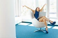 Бизнес-леди празднует успешное дело на офисе Дело p Стоковое Изображение