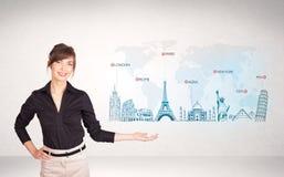 Бизнес-леди представляя карту с известными городами и ориентир ориентирами Стоковое Изображение RF
