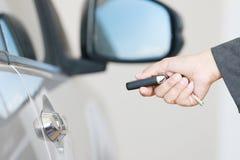 Бизнес-леди приводится в действие удаленный ключевой автомобиль Стоковое Фото