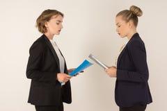 2 бизнес-леди присягают Стоковая Фотография