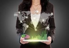 Бизнес-леди при ПК таблетки показывая соединенный social стоковое фото rf