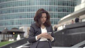 Бизнес-леди проводит корреспонденцию электронной почтой акции видеоматериалы
