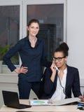 2 бизнес-леди работают в офисе Стоковые Изображения