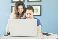 2 бизнес-леди работают с компьютером Стоковые Фото