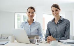 Бизнес-леди работая вместе с таблеткой Стоковая Фотография RF