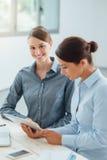 Бизнес-леди работая вместе с таблеткой Стоковое фото RF